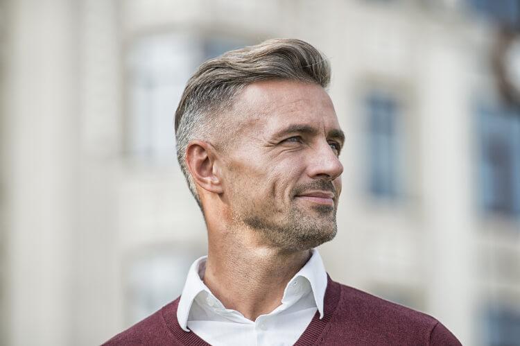 Gri Saç Karizması: Kır Saçlı Erkekler İçin Saç Modelleri-1