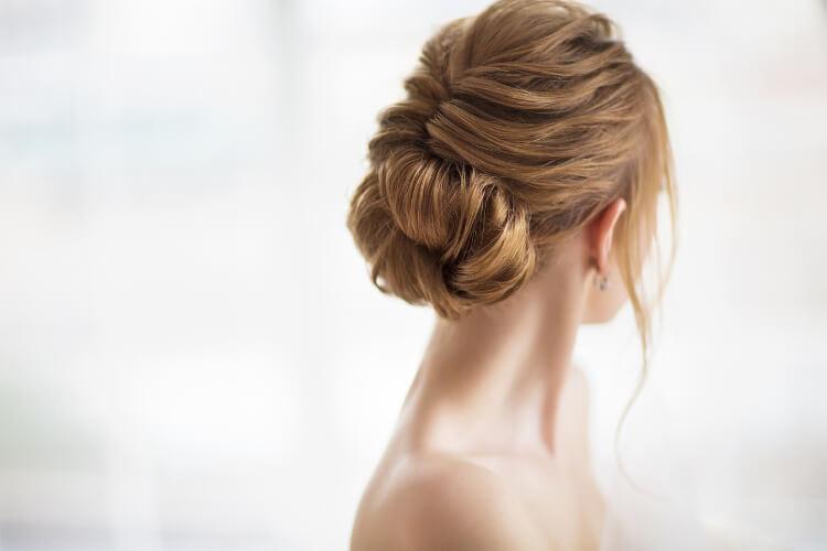Sırt Dekolteli Elbiselere Uygun Saç Modelleri-2