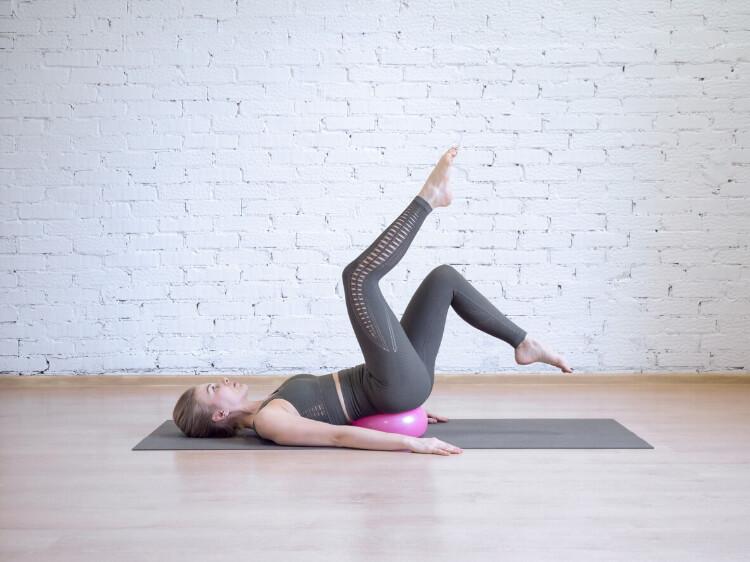 Core Bölgesini Hedef Alan 4 Pilates Topu Hareketi -1