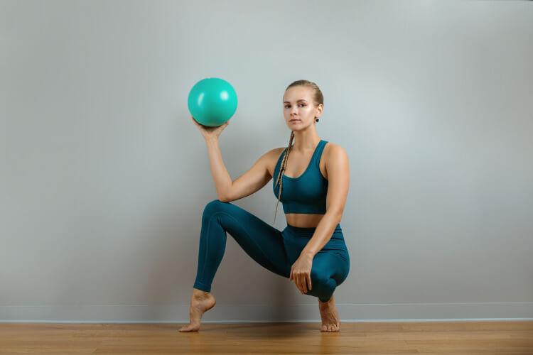 Core Bölgesini Hedef Alan 4 Pilates Topu Hareketi -2