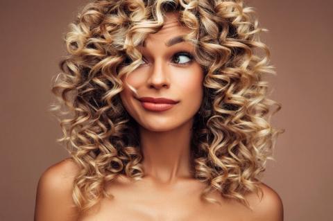 Kıvırcık Saçları Yıkamadan Nasıl Tazelersiniz?-4