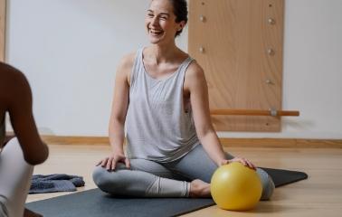 Core Bölgesini Hedef Alan 4 Pilates Topu Hareketi